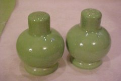 casual_california_salt_and_pepper_shakers_ball_shape_lime_green