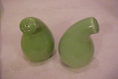 casual_california_salt_and_pepper_shakers_gourd_shape_lime_green